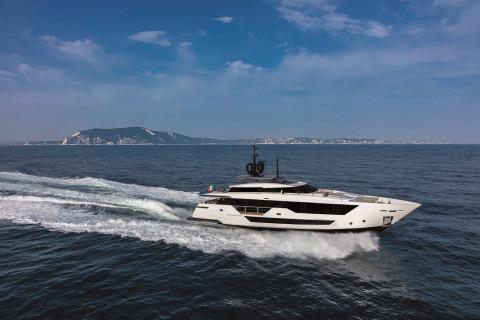 Custom Line 106´ New Exterior (img-1)