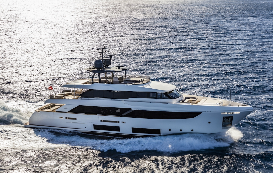 Custom Line New Navetta 33 Virtual Tour